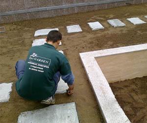 Изграждане на градинска каменна пътека на тревна фуга
